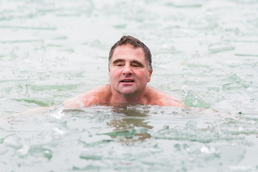 ússzon visszéres jeges vízben)