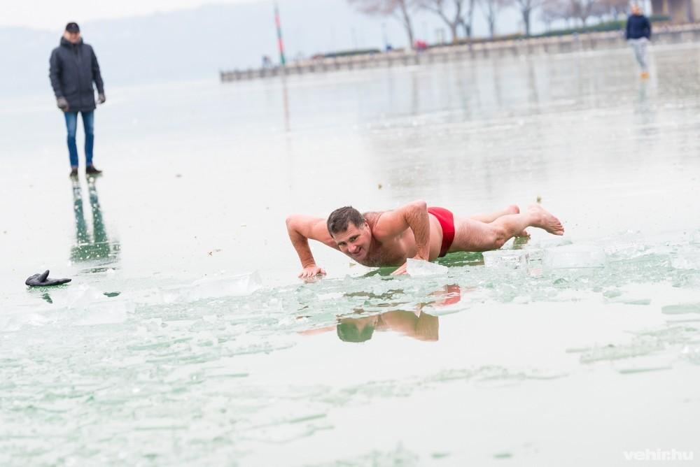 ússzon visszéres jeges vízben